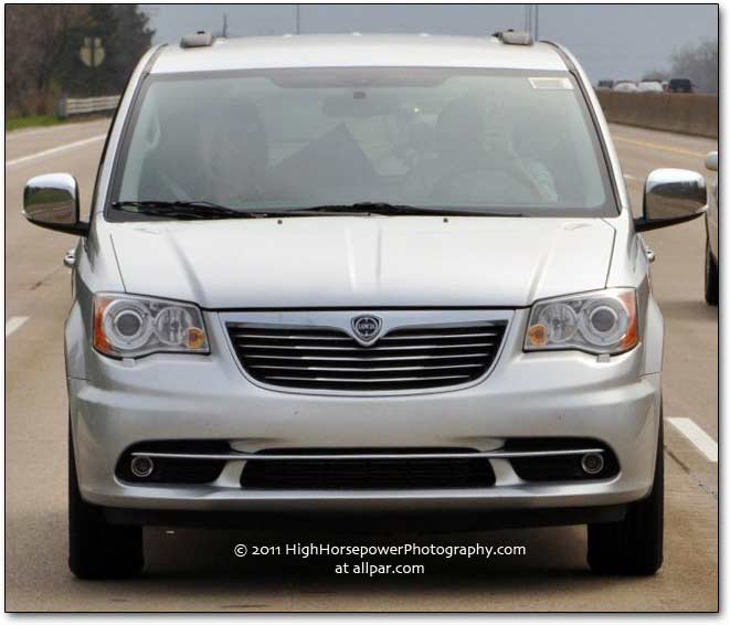 Diesel and gas powered Lancia Voyager minivans: luxury for eight